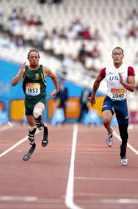 陸上・04年アテネパラリンピック男子100メートルT44の決勝。金メダルのマリオン・シャーリー(右)と銅メダルのオスカー・ピストリウス