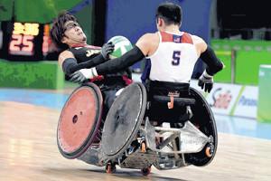 車いすのタイヤが浮き上がるほどの激しいコンタクトも見られるウィルチェアラグビー(16年リオパラリンピック)