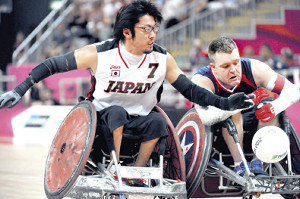 懸命にボールに食らいつく日本代表の池崎大輔(左)