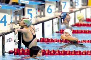 競泳・競技を終え、スタート台にキスをするハンガリーのパーストリ・ドーラ(4コース、04年アテネパラリンピック)