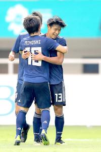 後半28分、勝ち越しゴールを決め、三好(左)と抱き合って喜ぶ岩崎