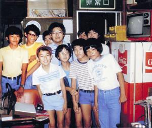 1982年夏の八王子将棋クラブ。小6の羽生善治現竜王(前列左端)、後に十八世名人資格保持者となる森内俊之現九段(前列左から3人目)も同所を訪れていた
