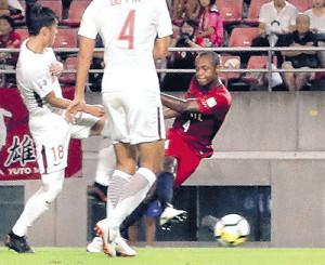 後半15分、右足で先制ゴールを決めた鹿島・レオシルバ