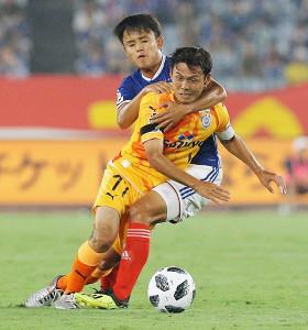 前半8分、ボールを競り合う横浜M・久保健英と清水・河井(カメラ・頓所 美代子)