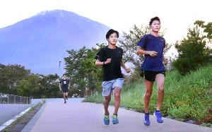 富士山を背に走り込む順大メンバー