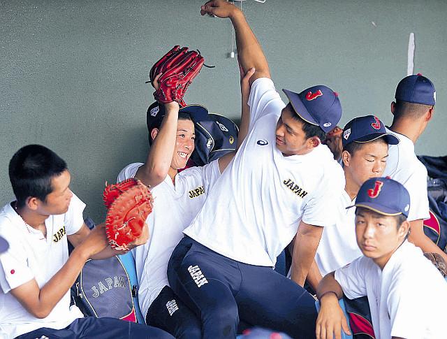 練習後、吉田(左から2人目)はベンチで柿木とふざけあう