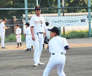 ジャイアンツアカデミーのコーチとして子供たちに熱心な指導をする藤村大介さん