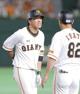8月30日、8回に左前安打を放った後に顔をゆがめる長野(カメラ・中島 傑)