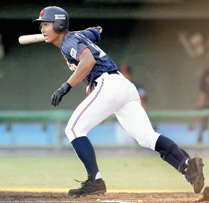 1回無死、藤原が二塁打を放つ