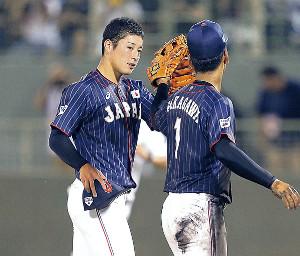 試合に勝利して中川(右)とタッチする吉田