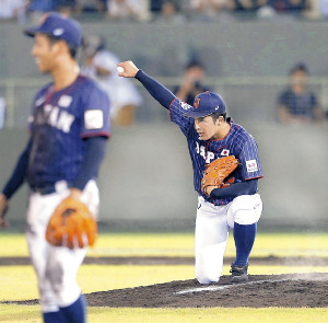 9回のマウンドに上がり「シャキーン」ポーズを披露した吉田(カメラ・岩下 翔太)