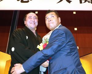 栃ノ心(左)は小川直也氏から祝福される