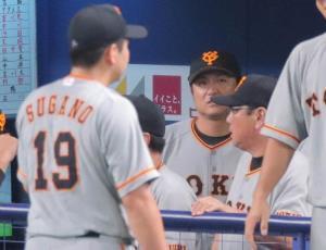 7回に同点に追いつかれベンチに戻る菅野(左)とベンチで険しい表情を見せる高橋監督(カメラ・中島 傑)