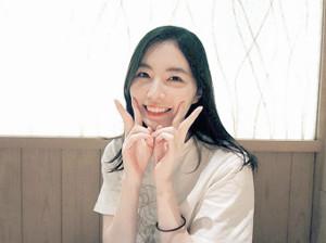 ピースサインで笑顔の松井珠理奈(C)AKS
