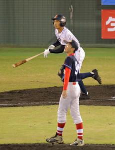 第2打席で右越えにソロ本塁打を放つ根尾(カメラ・泉 貫太)