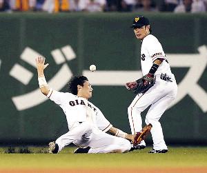 7回2死一塁、大和の打球を重信(左)が捕球できず、適時二塁打となる(右は亀井)