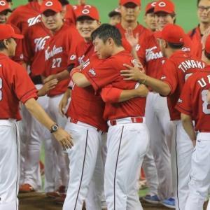16年9月10日、25年ぶりのリーグ制覇を達成し抱き合う黒田と新井