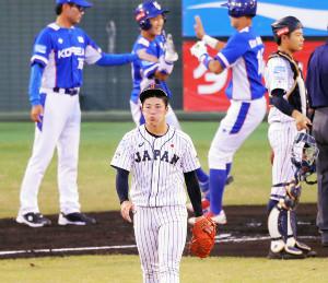 1回1死一、二塁、先制3ランを浴びた吉田は、頬をふくらませる(カメラ・泉 貫太)