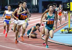 男子1万メートルは残り5周で青学大・森田(中央)が転倒。青学大・吉田(右)が3位で日本人トップとなった