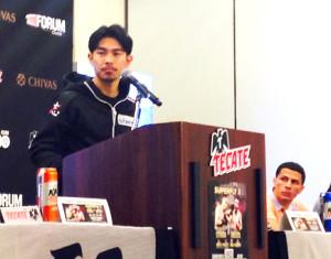 米国デビュー戦の会見で英語をまじえてスピーチした井岡一翔(左)