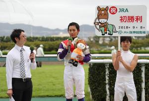 7R3歳以上500万下(混合)で初勝利しインタビューに応じる服部寿希(中)