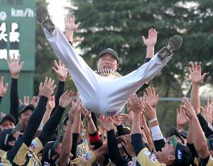 引退を表明し、ナインに胴上げされた村田(カメラ・橋口 真)