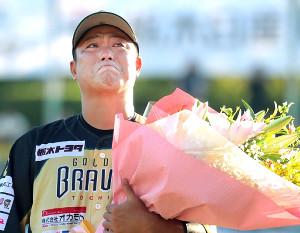 引退を表明し、涙を流した村田(カメラ・橋口 真)