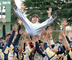 試合後、チームメートから胴上げされる村田(カメラ・橋口 真)