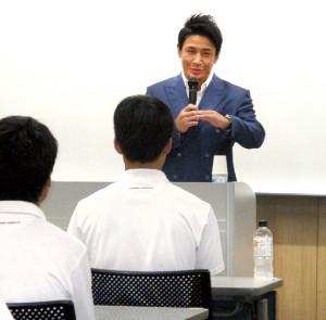 箱根駅伝復活を目指す関東学院大のランナーに熱い言葉で講演した格闘家の魔裟斗