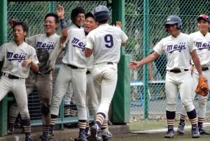 本塁打を放ってベンチで出迎えられる明大・高桑(背番号9)