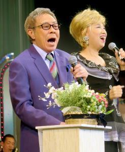 熱唱する北島三郎と瀬川瑛子
