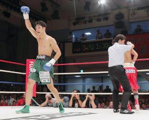 松本亮vs佐川遼=3回1分30秒、松本(右)にTKO勝ちをする佐川