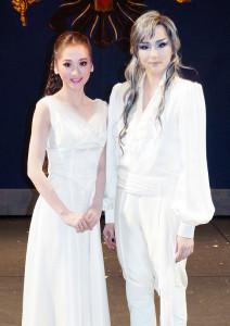 月組ミュージカル「エリザベート」の終演後、舞台上で会見した暁千星(右)と美園さくら