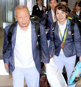 16年リオ五輪を終え帰国した三宅宏実(右)と父・義行氏