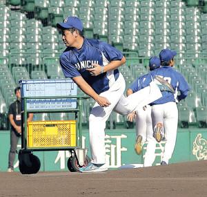 練習中、甲子園のマウンドの感触を確かめる松坂(カメラ・小梶 亮一)
