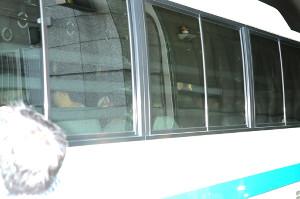 高橋容疑者を乗せたとみられる警察車両