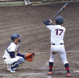 5回、勝ち越しの二塁打を放った日大・市川