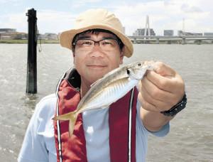 20センチ級のアジを釣った森脇さん(伝寿丸で)
