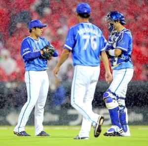4回、九里に四球を与え2死満塁となり、厳しい表情を見せる東(左、捕手は伊藤)