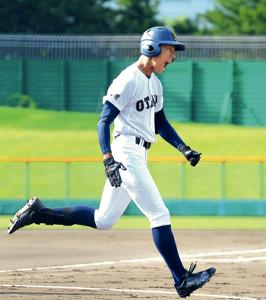 初回に先頭打者本塁打を放ち、雄たけびを上げる札幌大谷・北本(カメラ・清藤 駿太)