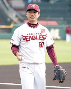 試合前笑顔で練習する楽天・古川