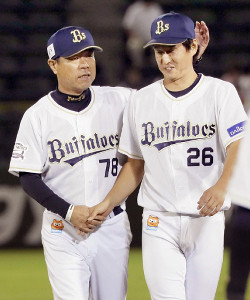 今季初勝利は東明(右)と福良監督と握手