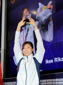 アジア大会のMVPに輝き、トロフィーを手に笑顔を見せる池江璃花子