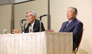 オーナー会議を終え記者会見した斉藤 惇コミッショナー(左)と議長を務めた中日の白井文吾オーナー