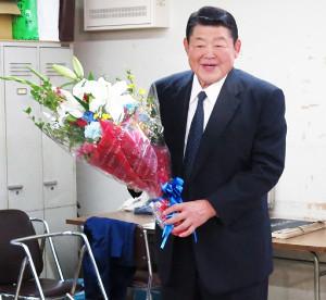 山科親方は定年会見後に花束を手にはにかむ