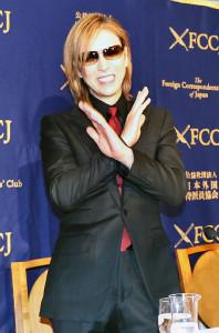 日本外国特派員協会で記者会見したX JAPANのYOSHIKI