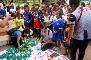 日本から贈られた衣料を受け取るカンボジアの子供たち(2018年9月10日)