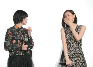 舞台挨拶で感極まる北川景子(右)と北川の話に耳を傾ける平手友梨奈