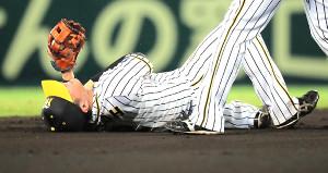 4回1死、井野の打球を北條は飛び込んで捕球したが左肩を痛め途中交代