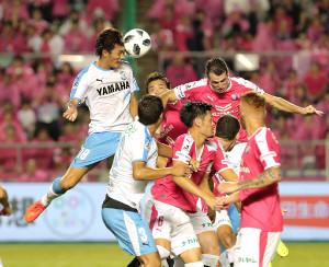 前半ロスタイム、CKから磐田・小川航(左)のヘディングシュートは相手にあたりゴールならず